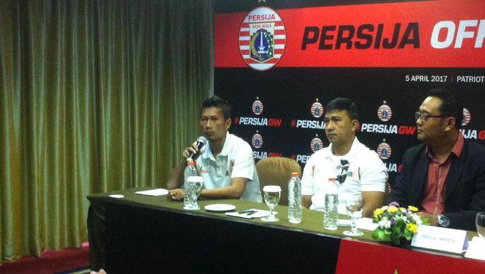 Ismed Sofyan (paling kiri) (Randy Prasatya/detikSport)