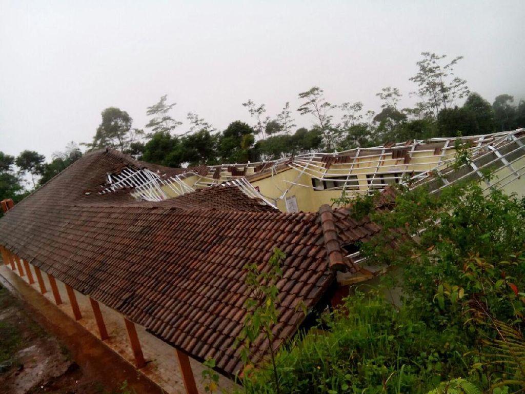 Atap Bangunan Kelas SMAN 3 Garut Ambruk