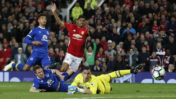 Britain Football Soccer - Manchester United v Everton - Premier League - Old Trafford - 4/4/17 Manchester Uniteds Marcus Rashford shoots at goal  Reuters / Andrew Yates Livepic EDITORIAL USE ONLY. No use with unauthorized audio, video, data, fixture lists, club/league logos or