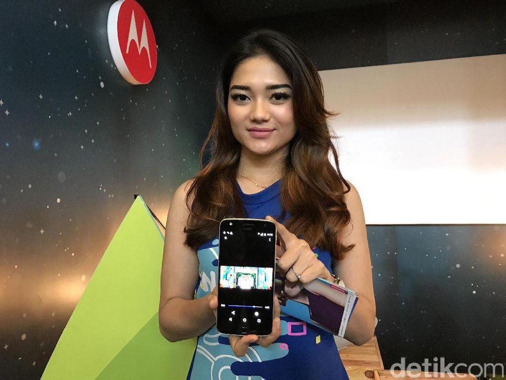 Dara Cantik di Pesta Gadget Erajaya