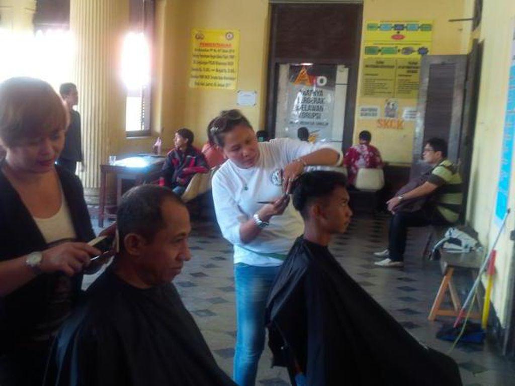Bikin SKCK di Polsek Palmerah, Gratis Cukur Rambut