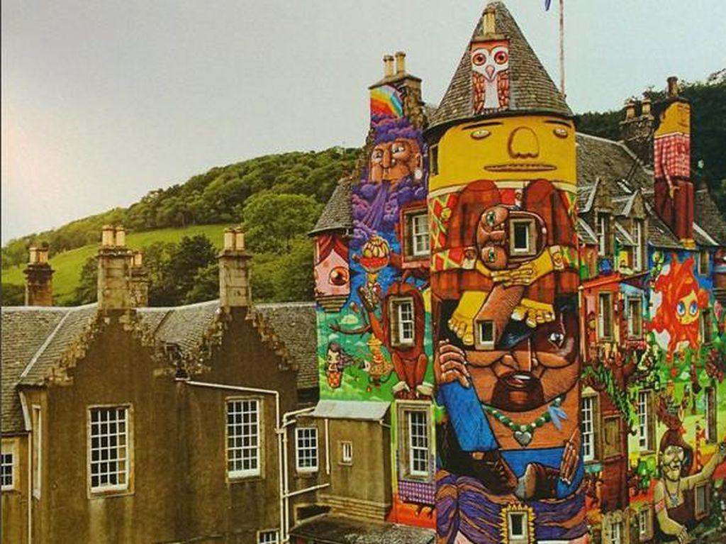 Unik! Kastil di Skotlandia Ini Dindingnya Penuh Grafiti