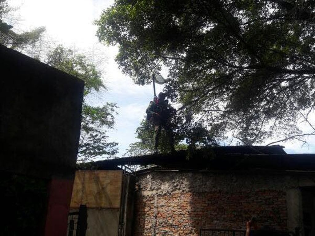 Angin Kencang, Penerjun TNI AU Mendarat Darurat di Rumah Warga