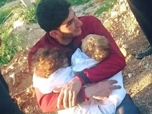 Foto Pilu Pria Peluk Bayi Kembarnya Dorong Trump Serang Suriah