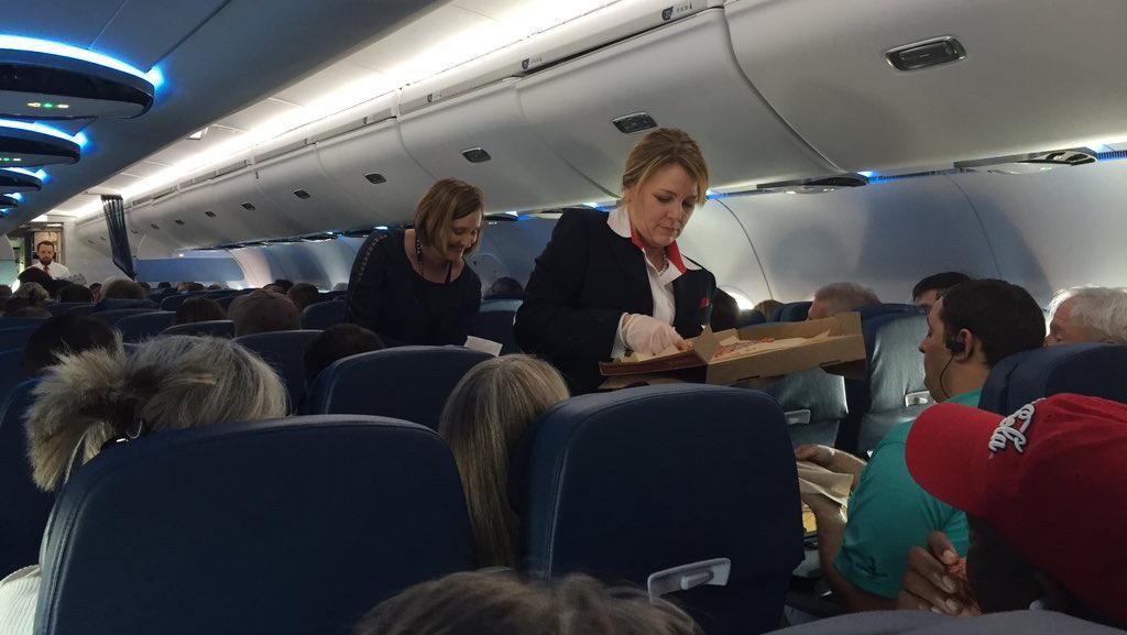Penerbangan Delay, Maskapai Ini Sajikan Pizza untuk Penumpang