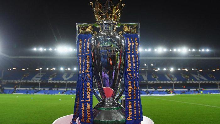 Dua trofi Liga Inggris disiapkan untuk mengantisipasi pemenang antara Manchester City dan Liverpool. (Foto: Michael Regan/Getty Images)