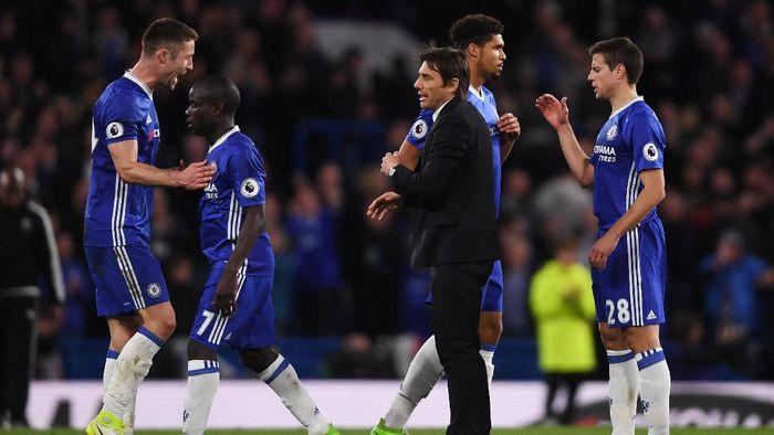 Antonio Conte dan Para Pemain Chelsea (Foto: Mike Hewitt/Getty Images)