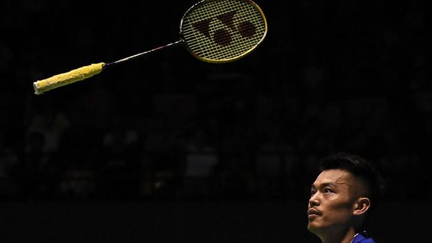 Lin Dan of China throws his racquet after loosing a point against Son Wan-ho of South Korea during their men's singles semi-final match at the Malaysia Open Badminton Superseries in Kuching on April 8, 2017. / AFP PHOTO / MOHD RASFAN