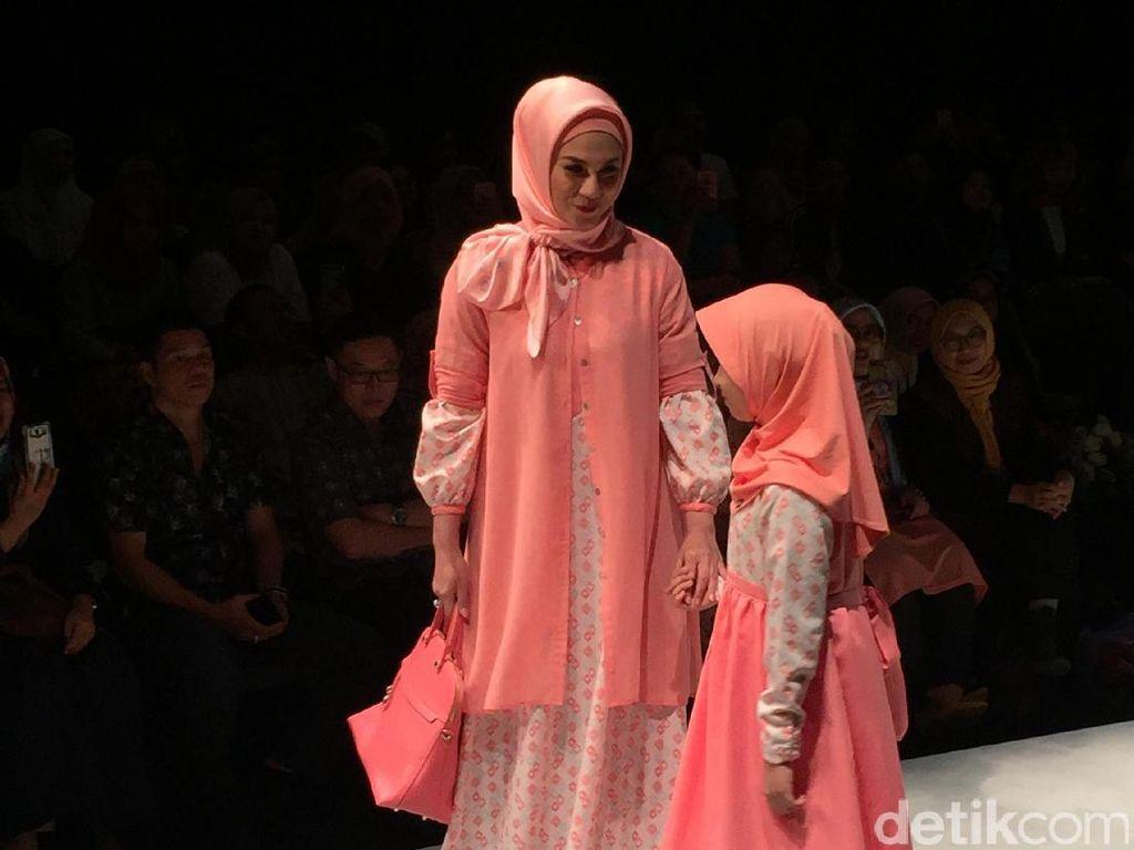 Foto: Cantiknya Marini Zumarnis dengan Hijab Peach di Show Elzatta