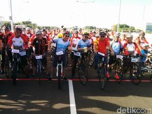 Basuki dan Ratusan PNS PUPR Jajal Tol Priok dengan Sepeda