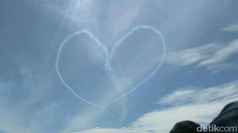 HUT ke-71, TNI AU Lukis Gambar Hati di Langit Jakarta