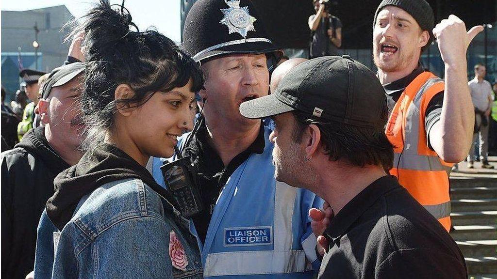 Viral, Perempuan Muslim yang Hadapi Pendemo Rasis dengan Senyum