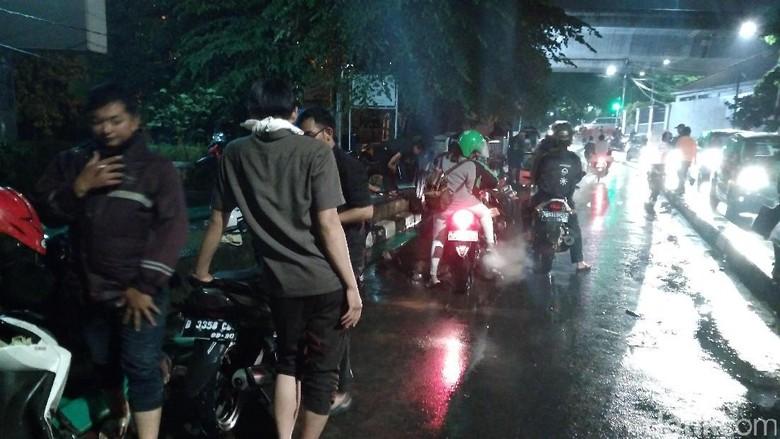 Ungkapan Kekesalan Pemotor Saat Lewati Jalanan Kemang yang Banjir