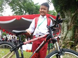 Apresiasi Atlet Remaja Pencak Silat Ini, Jokowi Hadiahkan Sepeda