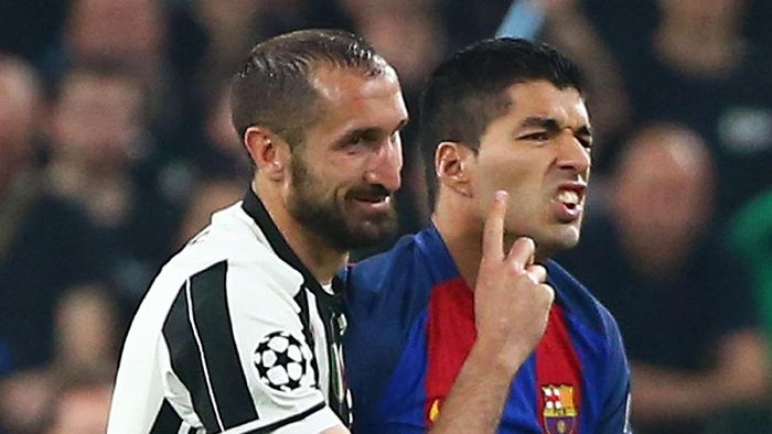 Football Soccer - Juventus v FC Barcelona - UEFA Champions League Quarter Final First Leg - Juventus Stadium, Turin, Italy - 11/4/17 Barcelonas Luis Suarez and Juventus Giorgio Chiellini  Reuters / Alessandro Bianchi Livepic