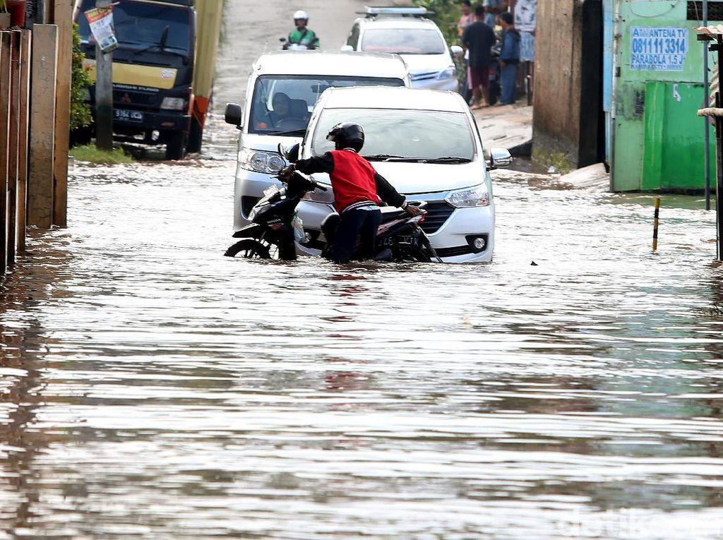 Cara Aman Berkendara Mobil di Tengah Banjir