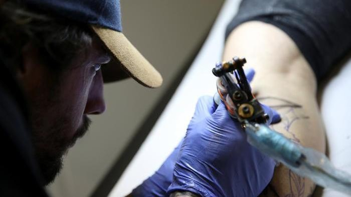 Ketimbang facial, pakar sebut tato dan suntik napza lebih berisiko tularkan HIV. Foto: iStock