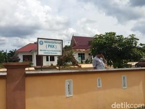 Kisah Bapak-bapak di Pedesaan di Riau yang Dilarang Merokok di Rumah