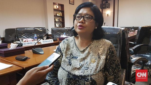 Komisioner Kompolnas Poengky Indarti usai menerima keluhan organisasi Yayasan Penelitian Korban Pembunuhan 1965-1966 (YPKP 65) terkait kepolisian, di kantor Kompolnas, Jakarta Pusat, Kamis (12/4).
