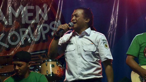 Penyanyi campursari Didi Kempot menghibur penggemarnya saat Ngamen Antikorupsi di areal parkir Stasiun Kereta Api Madiun, Jawa Timur, Kamis (13/4). Didi Kempot yang tahun ini menjadi Duta Kereta Api Ngamen Antikorupsi di Madiun di gandeng Komisi Pemberantasan Korupsi (KPK) tampil membawakan sejumlah lagu, antara lain 'Suket Teki', 'Jambu Alas', 'Sekonyong-konyong Kodher'. ANTARA FOTO/Siswowidodo/nz/17