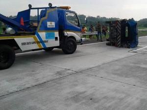 Pikap Berpenumpang 9 Orang Terguling di Tol Sumo