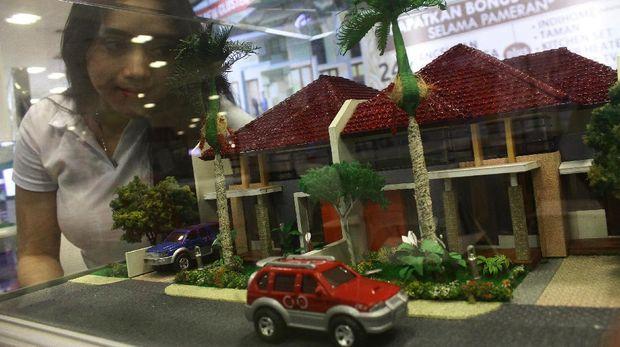 Pengunjung melihat maket perumahan yang dipajang di sebuah gerai dalam Property Expo 2017 di Hall Matos, Malang, Jawa Timur, Sabtu (25/3). Pameran yang berlangsung selama tiga hari tersebut diikuti puluhan pengembang untuk menggenjot penjualan properti menjelang akhir triwulan pertama di tahun 2017. ANTARA FOTO/Ari Bowo Sucipto/foc/17.