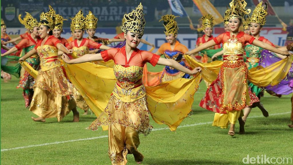 Tarian Tradisional Buka Liga 1 di Stadion GBLA