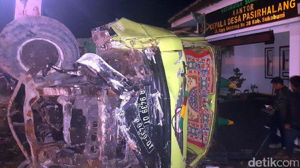 Truk Tabrak Gapura Desa di Sukabumi, Acara Nobar Persib Bubar