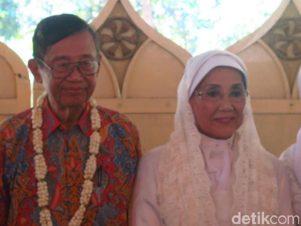 Budayawan Ajip Rosidi, Suami Nani Wijaya Meninggal Dunia