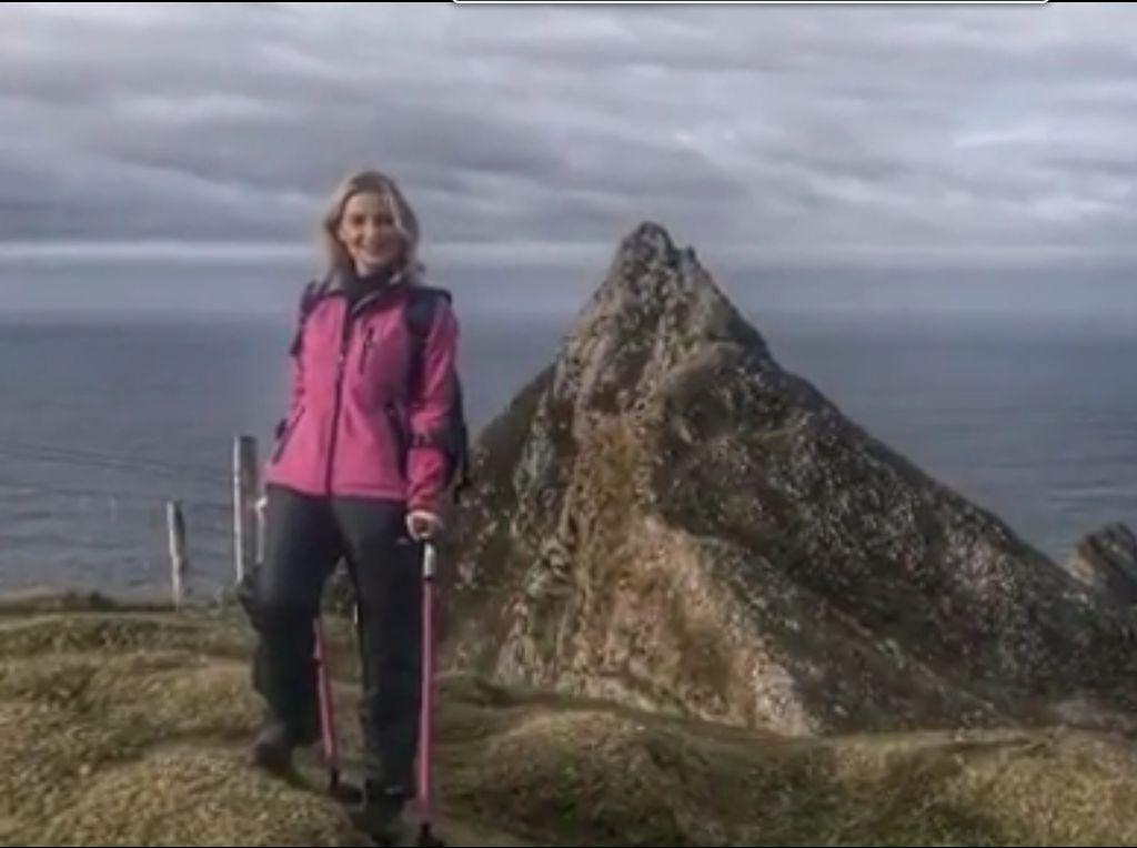 Meski Pakai Kruk, Penyintas Kanker ini Tetap Hobi Mendaki Gunung