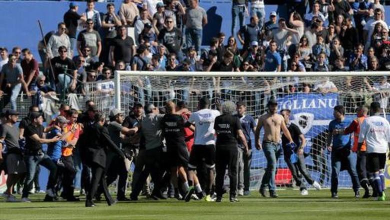 Penonton Masuk Lapangan dan Serang Pemain Lyon, Laga Dihentikan