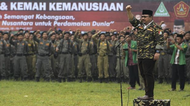 Ketua Umum GP Ansor Yaqut Cholil Qoumas (kanan) menyampaikan pengarahan kepada anggota Barisan Ansor Serbaguna (Banser) Nahdlatul Ulama dalam Apel Kebangsaan dan Kemah Kemanusiaan di Bumi Perkemahan Ragunan, Jakarta Selatan, Selasa (18/4). Kegiatan dalam rangka hari lahir ke-83 GP Ansor tersebut mengangkat tema Memperteguh Semangat Kebangsaan, Membawa Khazanah Islam Nusantara untuk Perdamaian Dunia. ANTARA FOTO/Sigid Kurniawan/aww/17.