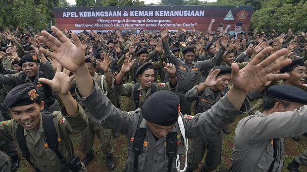 Anggota Barisan Ansor Serbaguna (Banser) Nahdlatul Ulama mengikuti Apel Kebangsaan dan Kemah Kemanusiaan di Bumi Perkemahan Ragunan, Jakarta Selatan, Selasa (18/4). Kegiatan dalam rangka hari lahir ke-83 GP Ansor tersebut mengangkat tema Memperteguh Semangat Kebangsaan, Membawa Khazanah Islam Nusantara untuk Perdamaian Dunia. ANTARA FOTO/Sigid Kurniawan/aww/17.