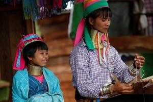 Melihat Gadis Suku Kayan, Si Cantik Berleher Panjang