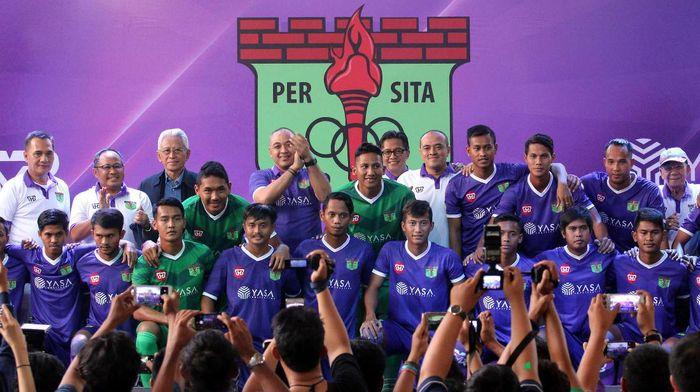 Tim Persita Tangerang berfoto bersama pengurus usai diperkenalkan di Serpong, Tangerang, Banten, Senin (17/4). Persita Tangerang akan berlaga di Liga 2 Indonesia pada musim kompetisi 2017-2018.