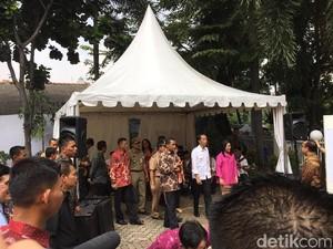 Gaya Jokowi dan Iriana Tunjukkan Jari Bertinta Usai Nyoblos