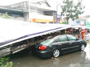<i>Billboard</i> Timpa Mobil di Jalan Gatot Subroto Bandung