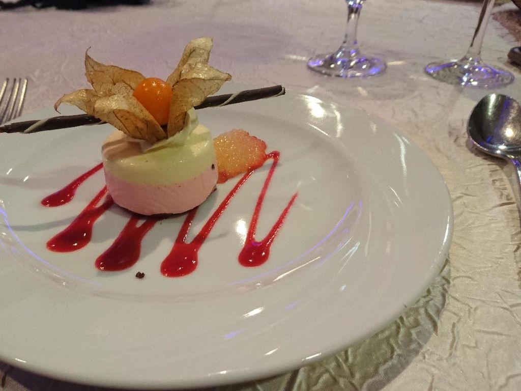 Merasakan Gala Dinner di Kapal Pesiar