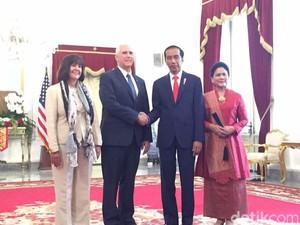 Jokowi Ajak Wapres AS Pence Nonton Tari Pendet Khas Bali