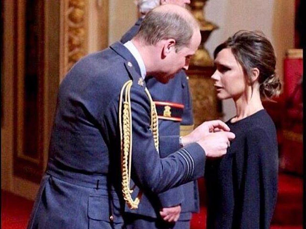Victoria Beckham Dapat Medali dari Pangeran William, Netizen Protes