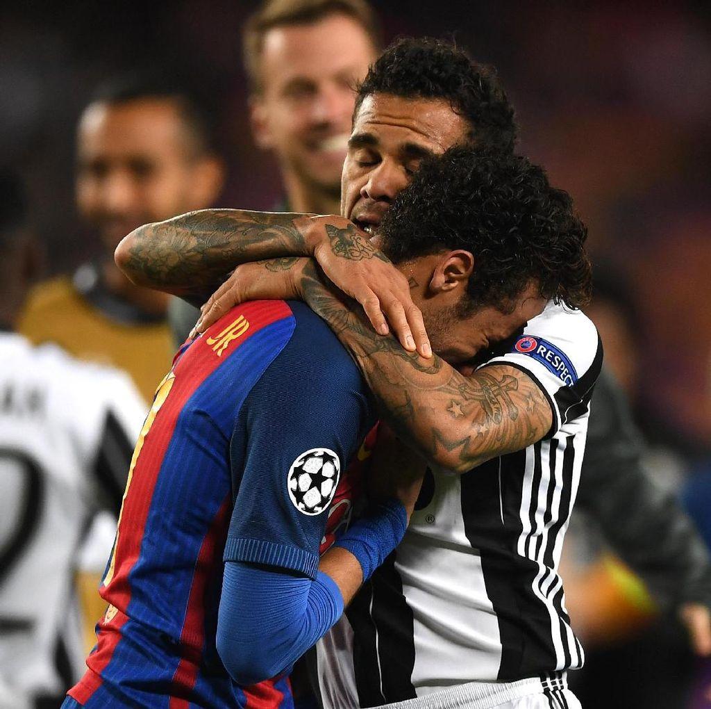 Ini yang Dikatakan Alves Saat Tenangkan Neymar yang Menangis