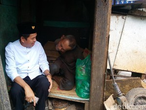 Dedi Mulyadi Mengunjungi Gubuk Derita Abah Tarsa