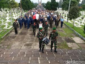 Pemakaman Wadan Sesko TNI di TMP Cikutra Berlangsung Haru