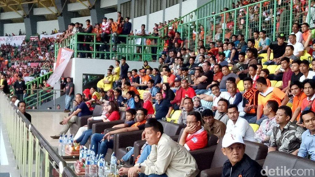 Momen Anies-Sandiaga Kompak Nonton Persija di Stadion Patriot