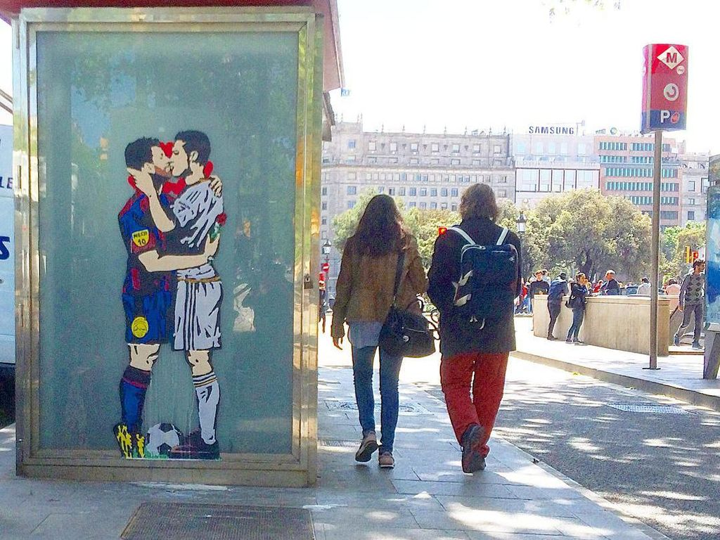 Cinta Itu Buta, Ronaldo dan Messi pun Berciuman