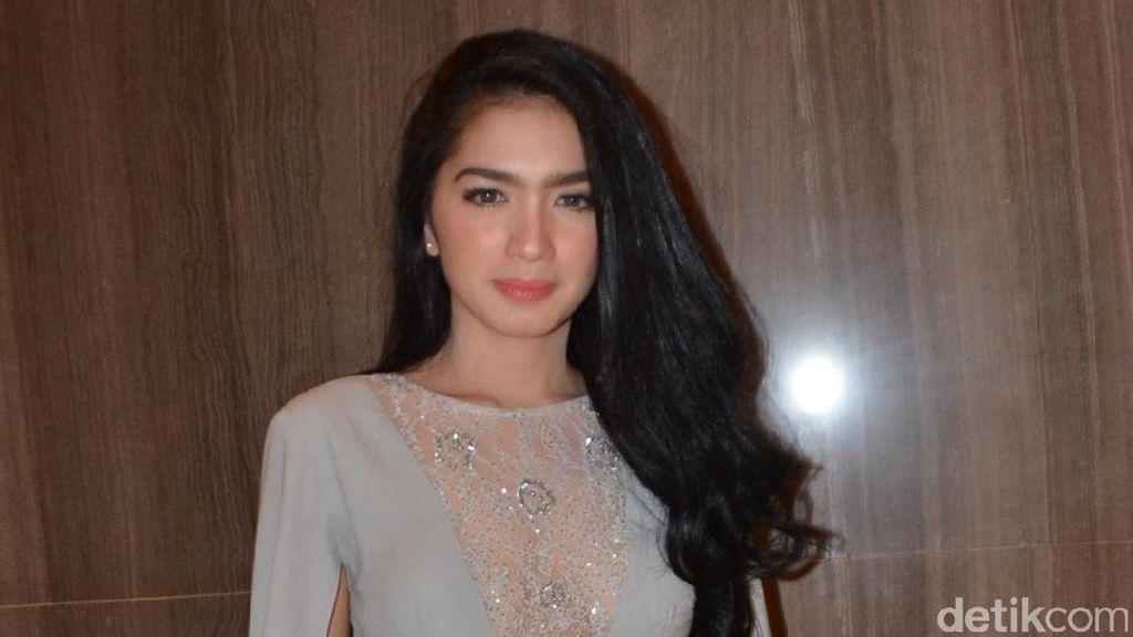 Hot Mom Alert! Gaya Anggun Angel Karamoy di Nikahan Kezia