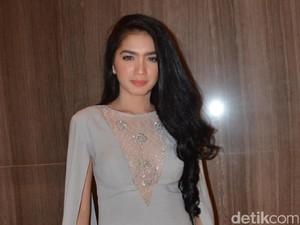 <i>Hot Mom Alert!</i> Gaya Anggun Angel Karamoy di Nikahan Kezia