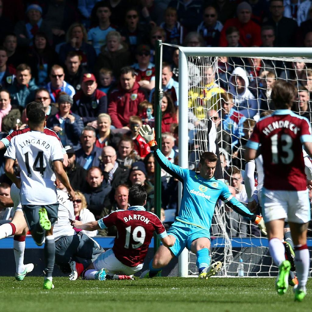 Martial dan Rooney Bawa MU Ungguli Burnley 2-0