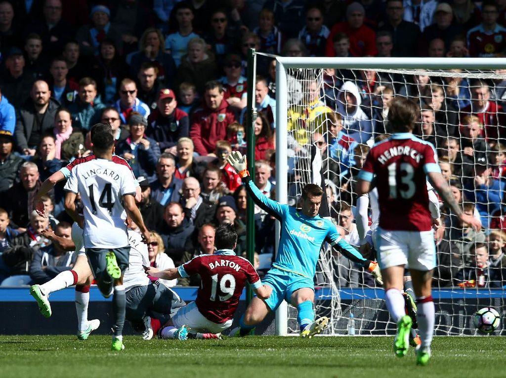 Martial dan Rooney Bawa MU Ungguli Burnley 2-0