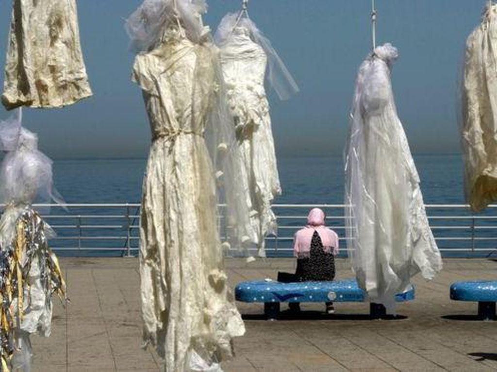 Saat Gaun Pengantin Hantu Bergantungan di Tepi Pantai Beirut